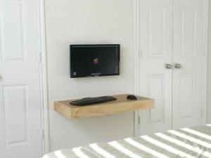 duvara-monte bilgisayar ve çalışma masası modeli