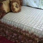 kare motifli dantel yatak örtüsü