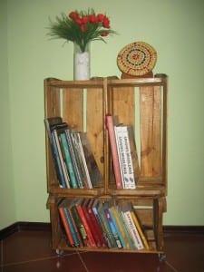kasalardan yapılmış kitaplıklar