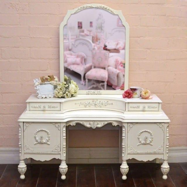 vintage-stili-beyaz-makyaj-masası