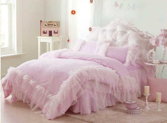 Genç kız odası pembe yatak örtüsü