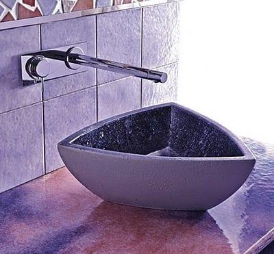 modern mor renkli üçgen banyo lavabo tasarımı