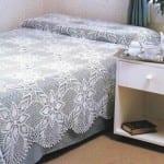çiçek motifli beyaz dantel yatak örtüsü