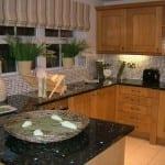 siyah desenli granit mutfak tezgahi
