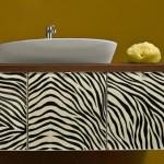 zebra desenli deri banyo dolaplari