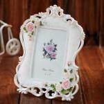 beyaz cicek suslemeli dekoratif resim cercevesi