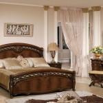 oymali klasik ahsap yatak odasi