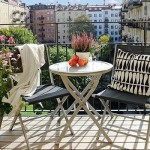 Balkonlarda portatif masa takimları