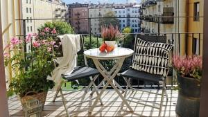 balkonlarda portatif masa takimlari