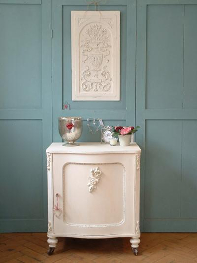 beyaz kucuk dekoratif dolap