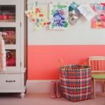 cocuk odasinda düzen saglayan oyuncak cantalari