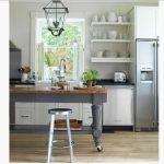 Mutfaktaki boşluklara doğal ahşap raflar yapın!