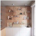 Doğal beyaz mutfak rafları
