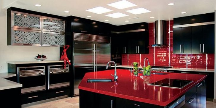Kırmızı Siyah Beyaz Renklerin Hakim Olduğu Mutfaklar
