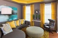 kahverengi koltuk sarı perde